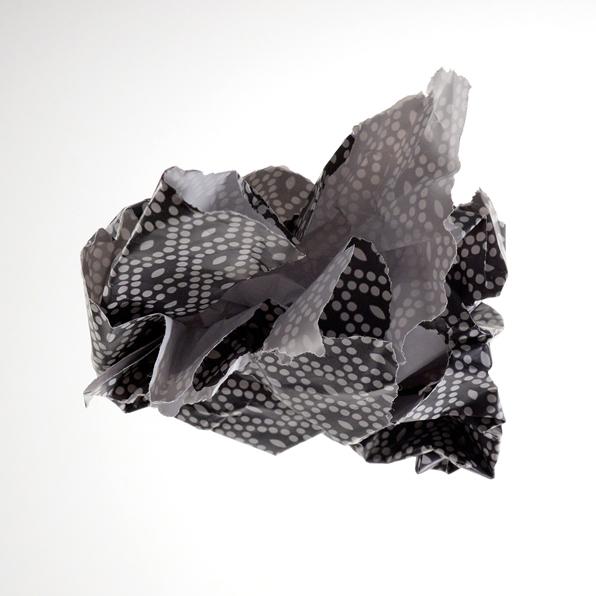 Geknülltes schwarzweißes Papier
